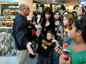 large crowds at Roosevelt Field Mall for Singer Justin Bieber